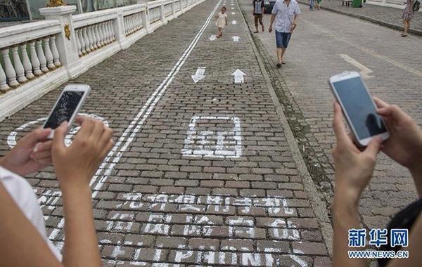 En China hay una v�a exclusiva para peatones adictos al tel�fono