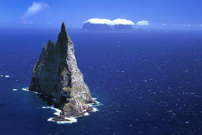 Esta gigantesca pir�mide p�trea sale del mar y tiene seis veces la altura de la Estatua de la Libertad Playas en el mundo