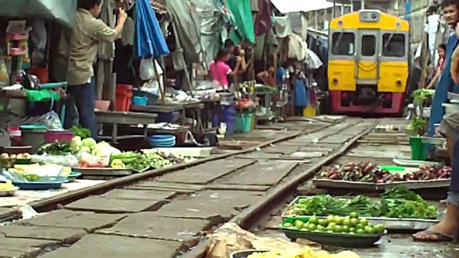 El mercado atravesado por las v�as del tren de Mae Klong, Tailandia Playas del mundo